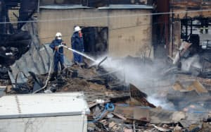 大規模火災から一夜明け、放水を続ける消防隊員(23日午前、新潟県糸魚川市)=小高顕撮影