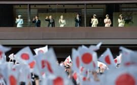 天皇誕生日を祝う一般参賀に訪れた人たち(23日、皇居)=為広剛撮影