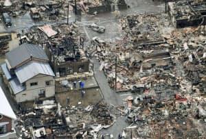 大火から一夜明けた、新潟県糸魚川市の現場(23日午前)=共同