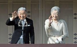 天皇陛下の誕生日を祝う一般参賀に集まった人たちに手を振ってあいさつされる天皇、皇后両陛下(23日午前、皇居)=為広剛撮影