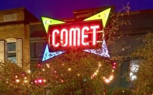 発砲事件が起きたピザ店「コメットピンポン」の前には、励ましのコメントや花束が集まった
