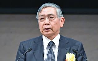 2016年12月26日、経団連で講演する日銀の黒田総裁。世界経済が「新たなフェーズに入りつつあるようにうかがわれる」と語った