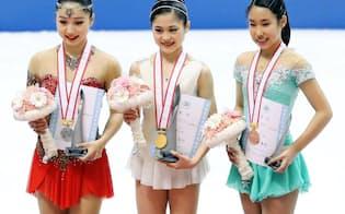 女子で3連覇した宮原(中央)。左は2位の樋口、右は3位の三原=共同