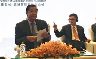 中国民生投資の董事長を務める董文標(右)は、カンボジア首相のフン・セン(左)の前でも始終リラックスしていた(12月1日、プノンペン)