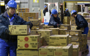 ライバルメーカーの商品も一緒に並ぶ(北海道北広島市の味の素物流の倉庫)