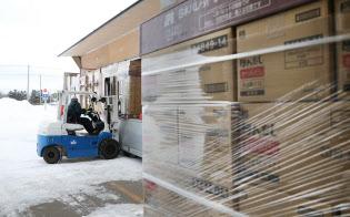 味の素とハウス食品の商品が、1台のトラックで同時に運び込まれる(北海道北広島市の味の素物流の倉庫)