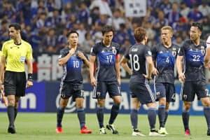 初戦のUAE戦で逆転負けし、厳しい表情の(右から)吉田、本田ら日本イレブン=共同