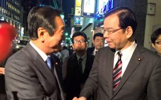 社民党も交えた野党3党での会食を終え、握手を交わす2人(12月7日夜、東京・六本木)