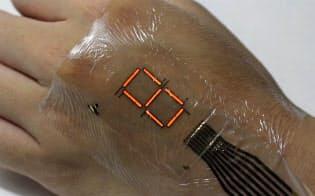東京大学の染谷隆夫教授らが開発した超柔軟ディスプレー