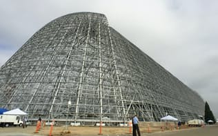 NASAエイムス・リサーチセンターにある巨大な飛行船の格納庫(カリフォルニア州マウンテンビュー市)