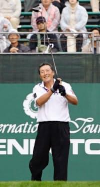 昨年11月のダンロップ・フェニックス2日目、尾崎将は前半9ホールを終えると腰痛のため棄権した=共同