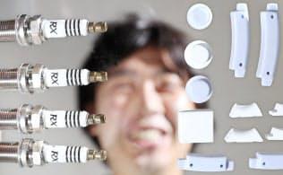 主力の自動車エンジン用プラグ(左)から医療用の人工骨の開発に力を入れる(愛知県小牧市の日本特殊陶業)