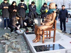 韓国の市民団体が釜山の日本総領事館前の歩道に設置した、従軍慰安婦被害を象徴する少女像(昨年12月)=共同