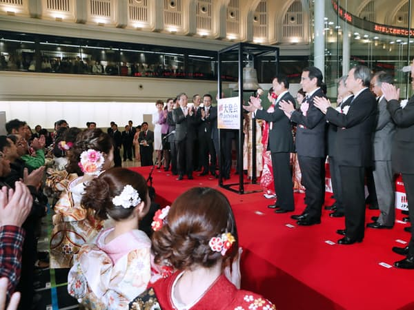 晴れ着姿の女性や市場関係者らが参加して行われた東証の大発会(4日午前、東証)
