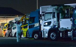 休憩のため駐車している長距離トラック(神奈川県海老名市の東名高速海老名サービスエリア)