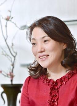 いけのぼう・せんこう 1965年、華道家元、池坊専永さんの長女として京都市に生まれる。89年次期家元に指名され得度。頂法寺(六角堂)の副住職も務める。長く本名・由紀で活動してきたが、2015年から法名・専好を名乗る。