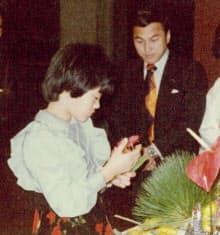 1978年、池坊の花展に初めて出瓶(しゅっぺい)。見守るのは父の池坊専永さん
