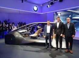 完全自動運転車の公道試験について説明する独BMWなどの幹部(4日、米ラスベガス)