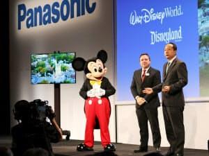 パナソニックの榎戸康二専務(右)は米ディズニーと提携すると発表した(4日、米ラスベガス)