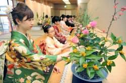 華道家元・池坊の「初生け式」で、花を生ける着物姿の女性ら(5日午前、京都市)=共同