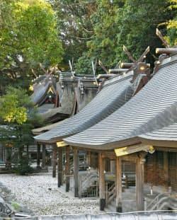 多彩な様式の社殿が一直線に並ぶ