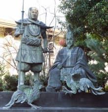 闘鶏の故事を伝える湛増(右)と弁慶の像