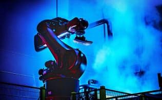 手作業に代わってロボットが靴を生産するスピードファクトリー=アディダス提供
