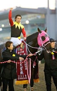 第62回東京大賞典を制したアポロケンタッキーと内田博幸騎手=共同