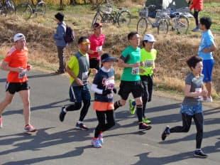 昨年12月23日の足立フレンドリーマラソンで軽快に走る出場ランナー