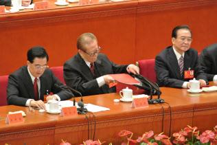今秋、習近平主席は第19回共産党大会を控えている(写真は第18回共産党大会の胡錦濤国家主席=当時、左=など指導部)