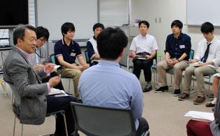 学生たちと読書会を開き、経営に関する課題図書をテーマに議論を交わした(2014年6月、東工大提供)