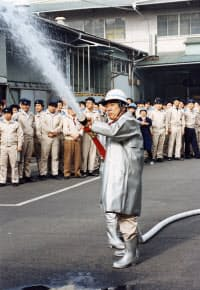 防災訓練で放水を体験(1996年1月)