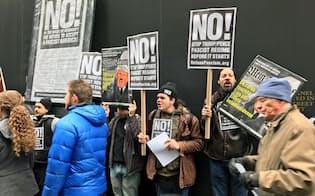 11日、トランプタワー前ではデモも(ニューヨーク)