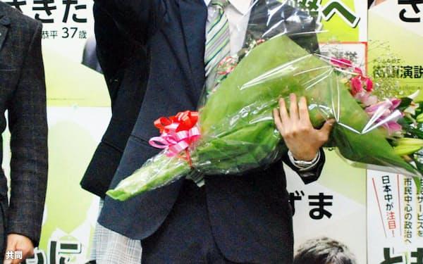 大阪府四條畷市長選で初当選した東修平氏(15日夜)=共同