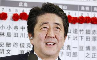 2014年12月14日、衆院選で大勝し笑顔でインタビューに答える安倍首相(自民党本部)