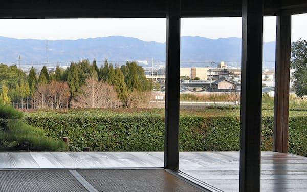 書院東側の風景。20年かけて育った木立が住宅やビルを隠す