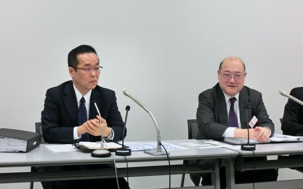 記者会見する太古伸幸常務(左)浦井敏之常務
