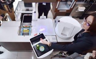 ローソンは無人レジの実証実験を開始するなど店舗のスマート化を急ぐ(16年12月、大阪府守口市)