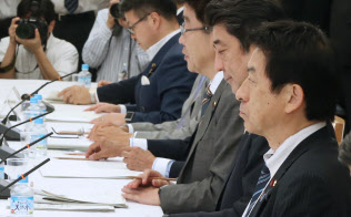 働き方改革実現会議の初会合に出席した塩崎厚労相(右)=2016年9月、首相官邸