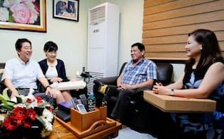 ドゥテルテ氏(右から2人目)は安倍首相(左)を自宅に招いて歓談した(1月13日)
