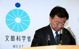 記者会見で「天下り」問題に対して、陳謝する松野文科相(20日午前、文科省)