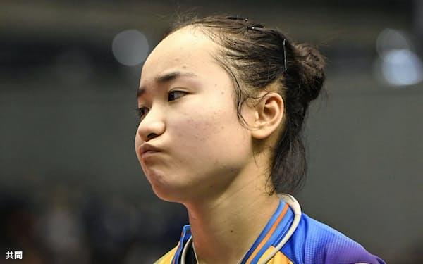女子シングルス5回戦で敗れ、引き揚げる伊藤美誠(20日、東京体育館)=共同