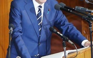 衆院本会議で施政方針演説をする安倍首相(20日午後)