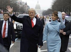 20日、ワシントンで行われた大統領就任式のパレードで、トランプ大統領と手を振るメラニア夫人(右)=AP