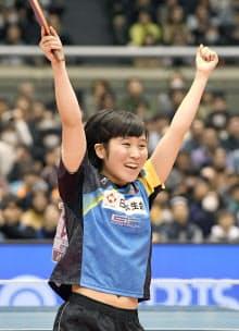 卓球の全日本選手権女子シングルスで初優勝を果たし、大喜びの平野美宇(22日、東京都渋谷区の東京体育館)=共同