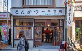 とんかつ店時代の外装を残す「カフェ&お宿『シーナと一平』」(東京・豊島)