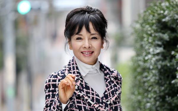 女優。1950年京都市生まれ。3歳でバレエを始め15歳で芸能界デビュー。映画、テレビ出演多数のほか歌手としても活躍。合気道4段、画家、アコーディオン奏者でもある。矢後衛撮影