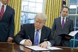 トランプ氏は23日、TPPから「永久に離脱する」とした大統領令に署名した=AP