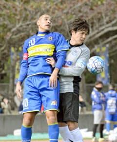 練習試合で競り合うG大阪の遠藤(右)。ACLは2月のプレーオフからだ=共同
