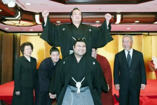 横綱昇進の伝達式後、笑顔でポーズをとる稀勢の里(25日午前、東京都千代田区)